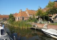 """5. Winsum. Huizen aan het Winsumerdiep nabij brug """"de Boog""""."""