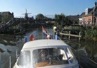 """7. Winsum. Jeneverbrug. Via deze brug toog men vroeger naar het buurdorp voor een borrel. Type hoogholtje, in het Gronings """"Baalkje"""". In dit geval een """"Iezer'n Baalkje""""."""