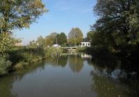 23/1.We naderen onze eindbestemming. Plaats en brug Doodstil. Til is het Groningse woord voor brug. Uitspreken als Doods-til. Doodstil, met ruim 100 inwoners, werd in 2005 uitgeroepen tot mooiste plaatsnaam van Nederland. Op de brug, die nog ouderwets met de hand wordt gedraaid brugwachter Henk. Rest ons nu nog de laatste 1 1/2 km. naar Uithuizen.