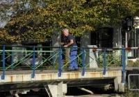 23/2. We naderen onze eindbestemming. Plaats en brug Doodstil. Til is het Groningse woord voor brug. Uitspreken als Doods-til. Doodstil, met ruim 100 inwoners, werd in 2005 uitgeroepen tot mooiste plaatsnaam van Nederland. Op de brug, die nog ouderwets met de hand wordt gedraaid brugwachter Henk. Rest ons nu nog de laatste 1 1/2 km. naar Uithuizen.