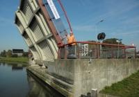 24/2. Eindbestemming Uithuizen is in zicht. Aan de rand van Uithuizen nabij de graansilo passeren we eerst nog de in 2000 gebouwde brug Zandeweer, aangelegd i.v.m. de toen gerealiseerde rondweg. Op de foto brugwachter Annie met haar zoon.
